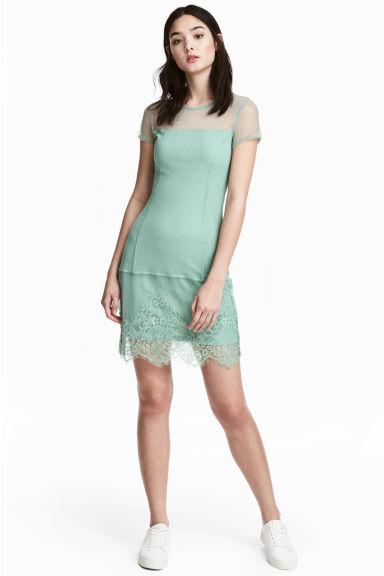 Krajkové šaty v pistáciové barvě