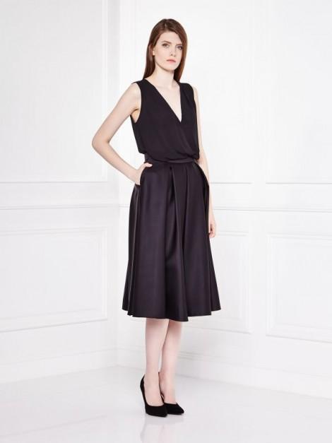 černá sukně se sklady