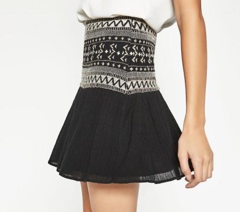 Černá sukně s vyšíváním